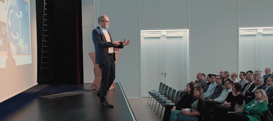 Dr. Kuhn auf der Bühne