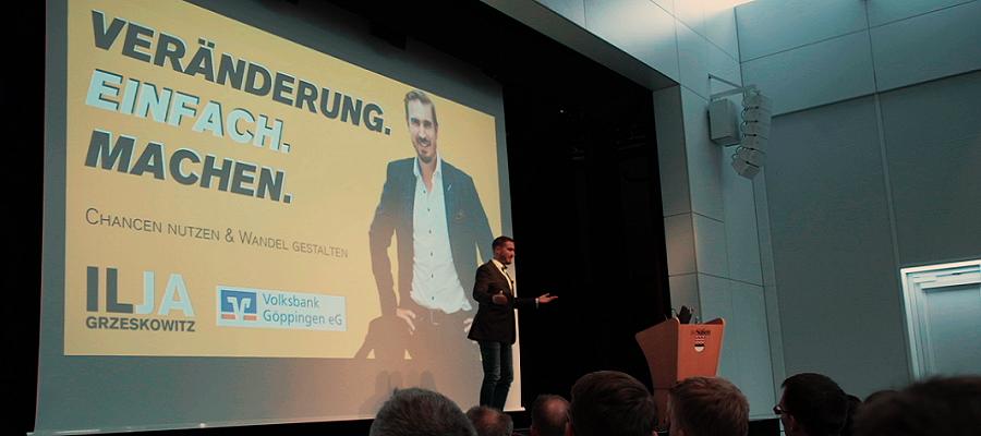 """Ilja Grzeskowitz bei seiner Keynote: """"Veränderung. Einfach. Machen."""""""